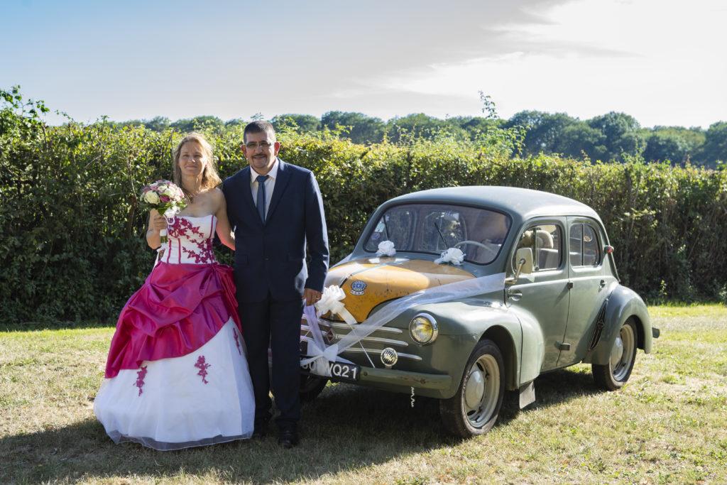 Les mariés et leur voiture