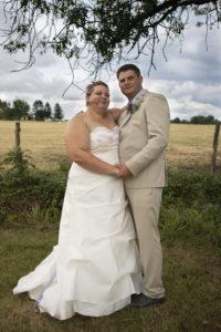 Nos mariés sous un arbre