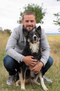 Le futur marié et sa chienne